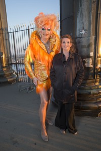Olivia Jones Größe im Vergleich (mit Pastorin Annette Behnken anlässlich des Wortes zum Sonntag zum ESC 2016 auf dem Michel (c) Marius Röer)